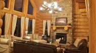 La présence du majestueux foyer de pierres ajoute à la sensation générale de confort des lieux.