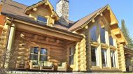 Le Chalet est construit avec des billots de 15 pouces, créant une structure majestueuse et impressionnante.