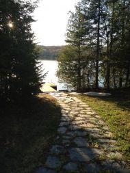 Trottoire de pierre en ardoise vers le lac