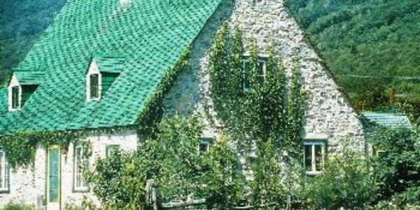 La maison Ricard avec le Mont-Sainte-Anne en arrière-plan