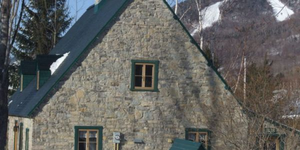 Le centre e ski derrière la maison Ricard