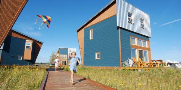 Les chalets du Bioparc en été et leur trottoir de bois