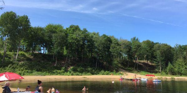 Plage publique au Lac des Loutres - Au Chalet en Bois Rond