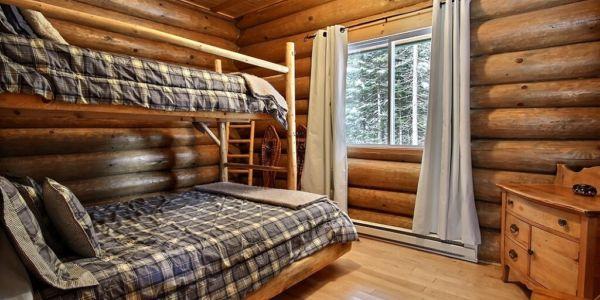 Chambre avec lit Queen et lits simples superposés- Chalet Nordet