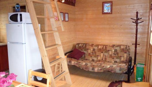 Salon du # 3 avec divan-lit (futon). On y voit l'échelle de meunier pour monter sur la mezzanine.