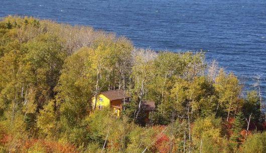 Environnement des chalets # 2 et # 3, site boisé sur une falaise près de la mer