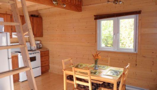 Rez-de-chaussée du # 2: cuisine toute équipée, salle à manger et salon à aire ouverte