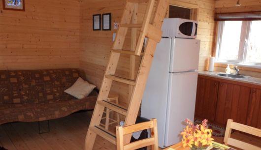 Salon du # 2 avec divan-lit (futon). On y voit l'échelle de meunier pour monter sur la mezzanine.