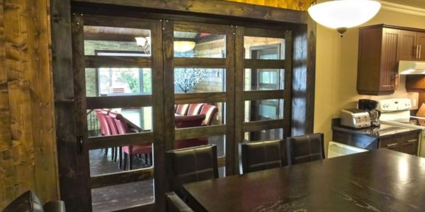 Immense porte vitrée pour séparer les aires communes