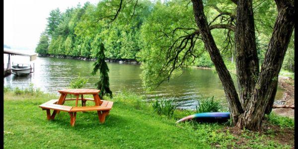 Une belle plage avec quai et 2 kayaks fournis