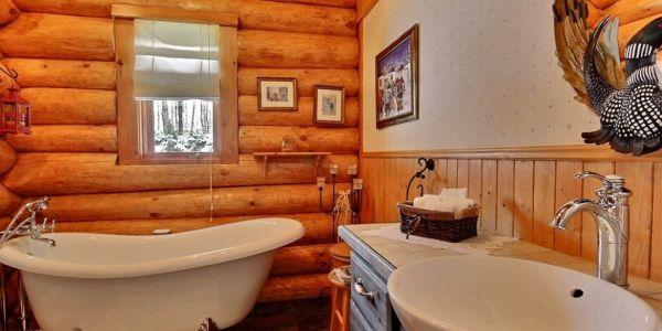Salle de bain avec bain sur pieds - Chalet Sitelle