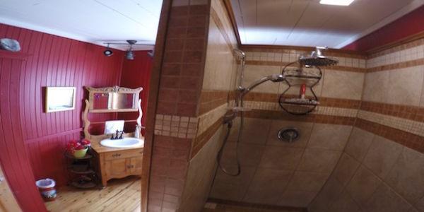 Salle de bain à l'étage. Douche de 6 pieds.
