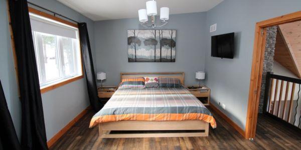 Très grand lit, grande chambre premier niveau