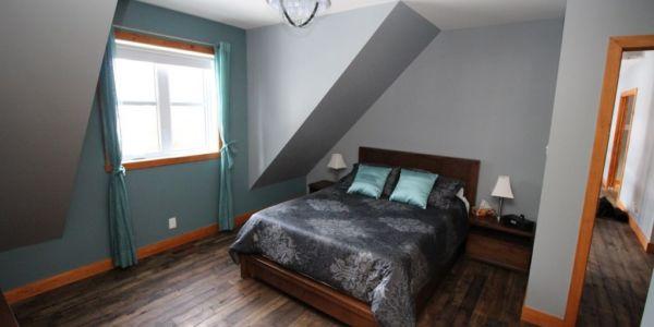 Grand lit, chambre au premier niveau