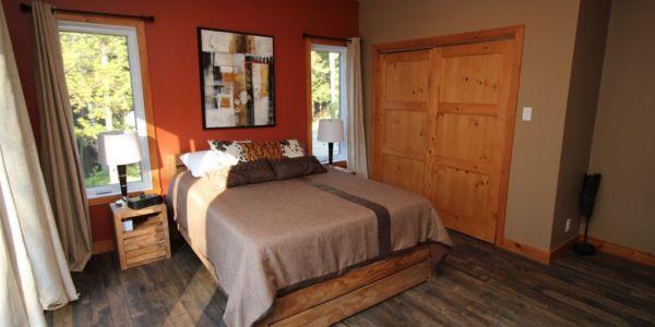 Grand lit, chambre au rez-de-chaussé