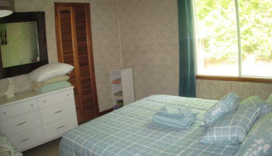 Chambre avec lit queen au rez-de-chaussée.