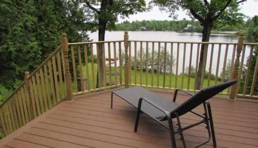 La terrasse offre une magnifique vue sur le lac