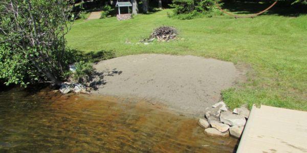 Plage de sable et entrée à l'eau progressive, idéal pour les enfants.