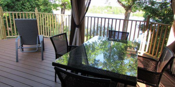Grande terrasse (16X20), avec gazebo et BBQ au gaz (possibilité de 16 chaises et deux tables de patio).