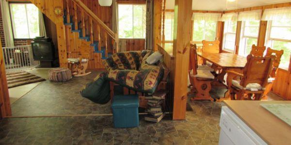 Salle de séjour, salle à manger et cuisine à aire ouverte au rez-de-chaussé