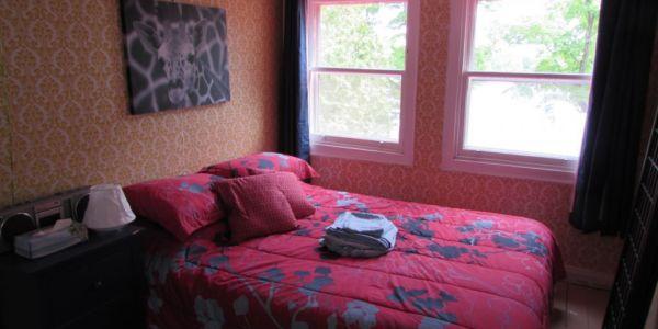 Vue du lit queen de la deuxième chambre.