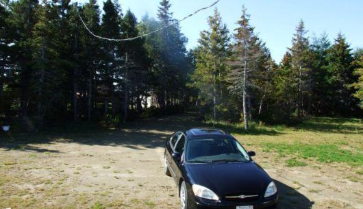 Entrée côté Sud-Ouest et distance d'environ 150 pi du plus proche voisin avec boisé assurant plus d'intimité.