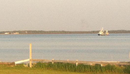 Un seineur entrant au port de Lamèque pour ses débarquements.