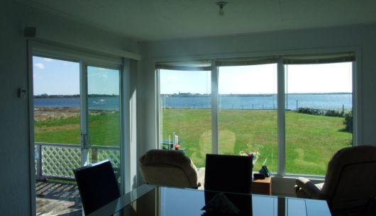 Salle à dinner avec vue panoramique sur la baie.