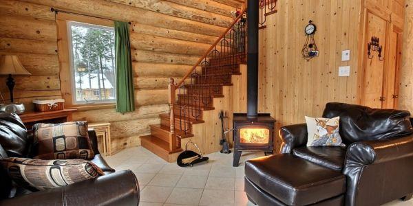 Salon avec poêle à bois - Chalet Renard