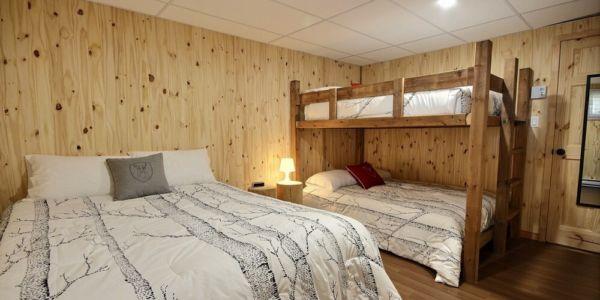 Chambre avec lit Queen et lits doubles supperposés - Chalet Aigle Noir