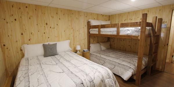 Chambre avec lit Queen et lits doubles supperposés- Chalet Aigle Noir