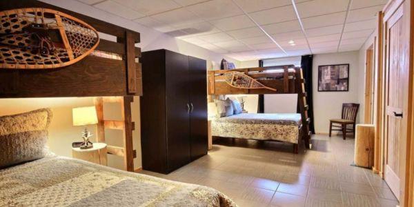 Chambre avec 2 lits Queen et lits simples supperposés - Chalet Forestier