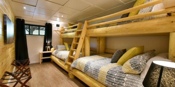 Chambre avec deux lits queens avec lits simples supperposés - Chalet Perséides