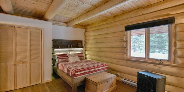 Chambre 1 avec lit Queen - Chalet le Pinecone