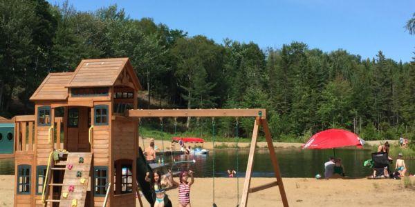 Air de jeux et plage publique - Au Chalet en Bois Rond