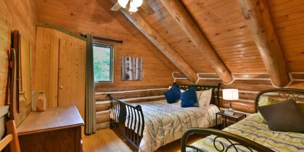 Chambre avec lit Queen et lit simple - Chalet Huard