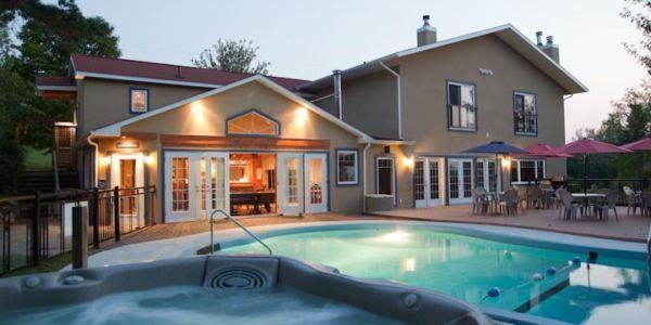 Accès à une piscine creusée et à un bain tourbillon (ouvert à l'année), bistro avec table de billard, terrains de volleyball et badminton.